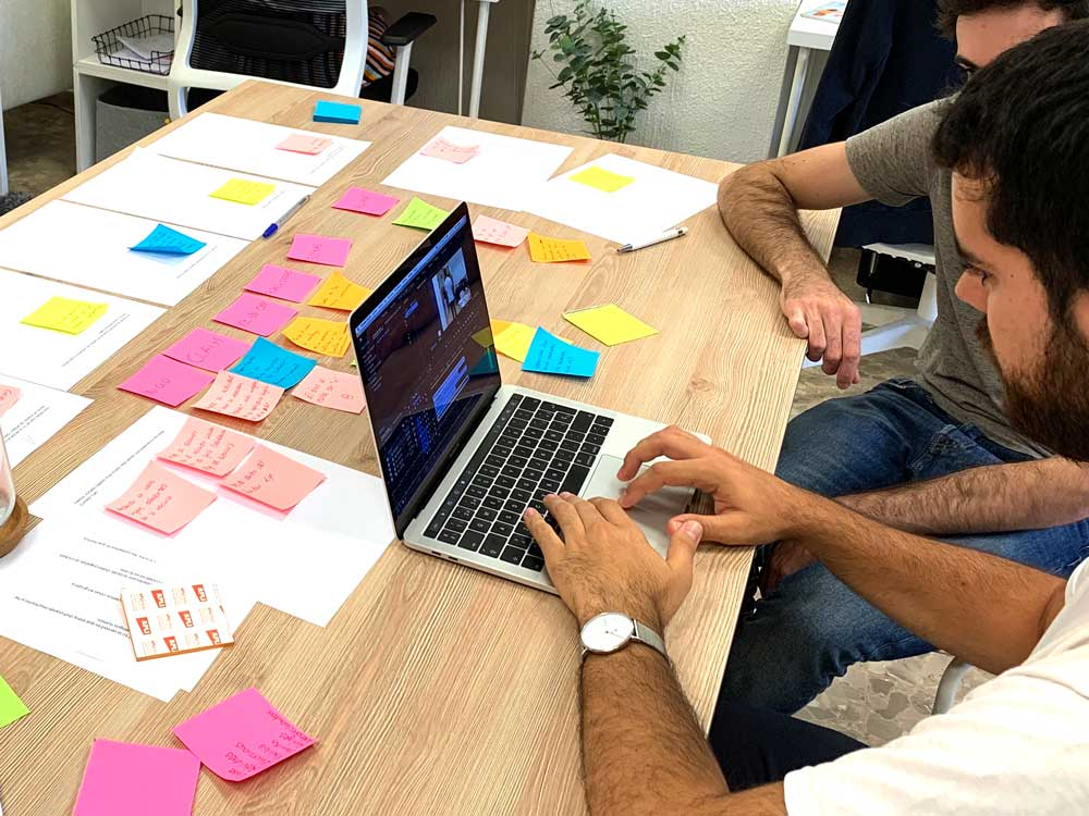 trabajando en la ofiina de Calmo montaje del proyecto de videomarketing