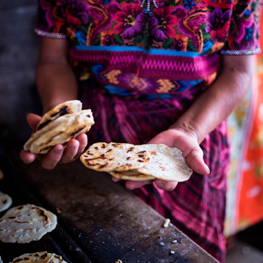 Fotografía mujer cocinando tortillas